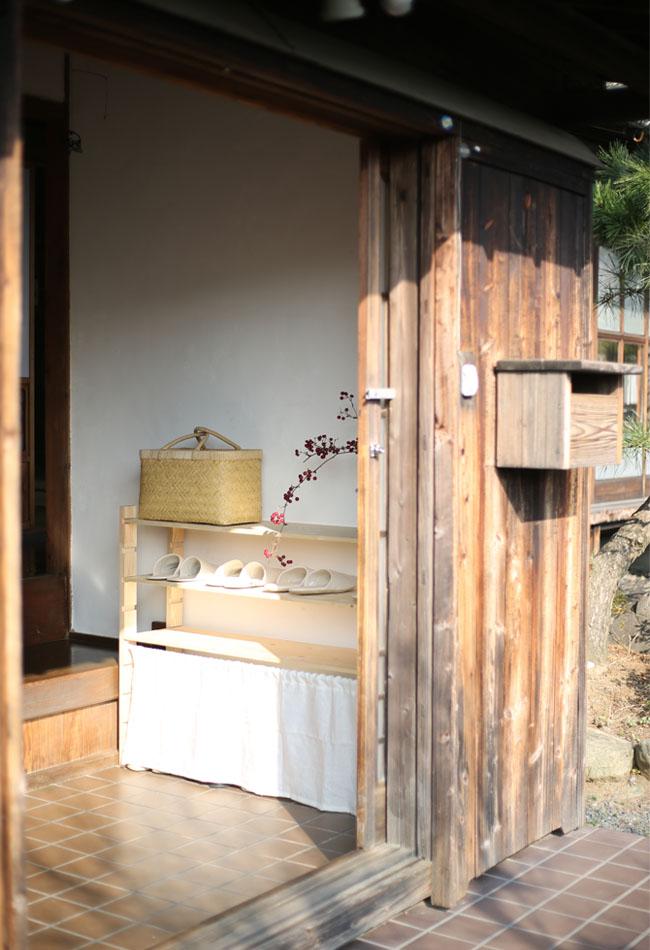 外から見た古民家の玄関