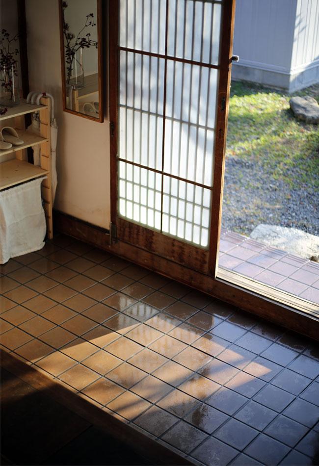 玄関の床を拭く