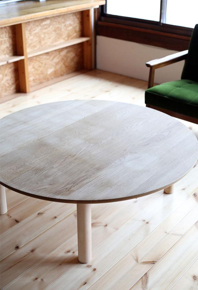 無垢のテーブル ヤスリで表面を削り落とす