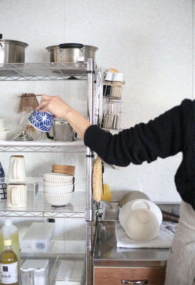 簡単に隣の食器棚へ食器を片付ける様子