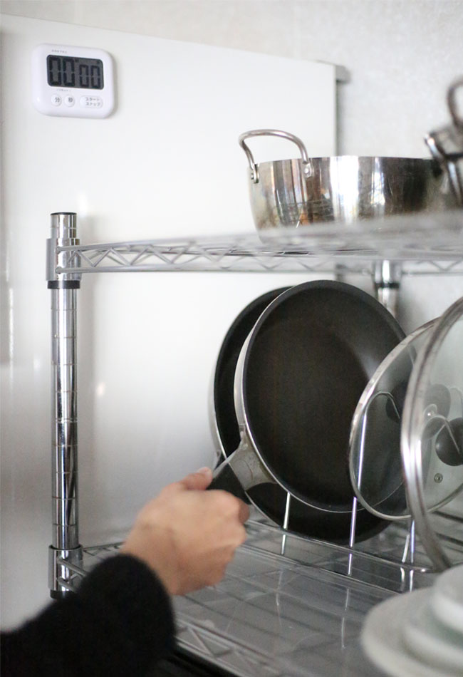 フライパンが簡単に手に取れるキッチンの配置