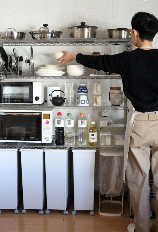狭いキッチンだからこそ、一歩も動かずお皿を片付けられる