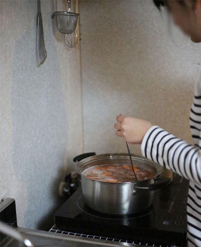 子供、豚汁作り