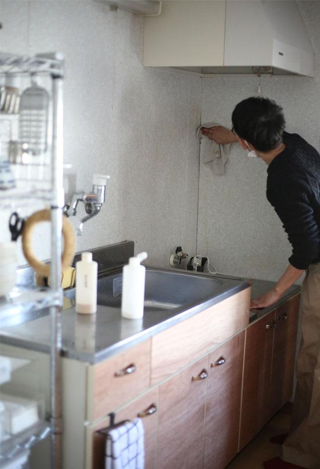 キッチン壁の油汚れ落とし作業の様子