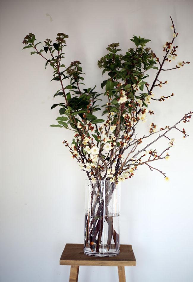 飾り台に梅の花を置く
