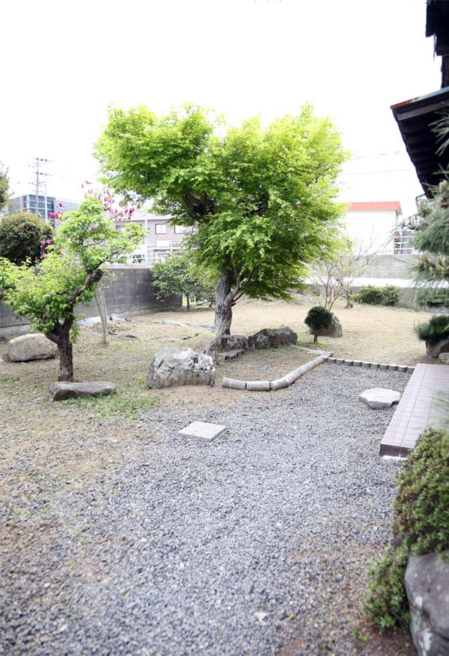 庭を掃除し、空間を整える