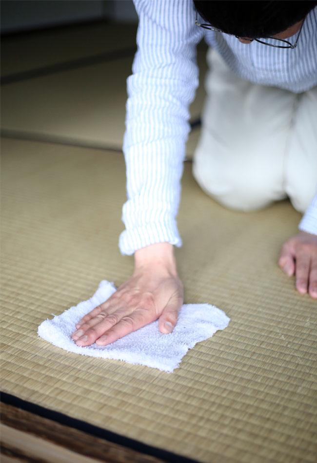 和室の拭き掃除の様子