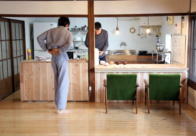 夫と息子。朝食の準備と配膳
