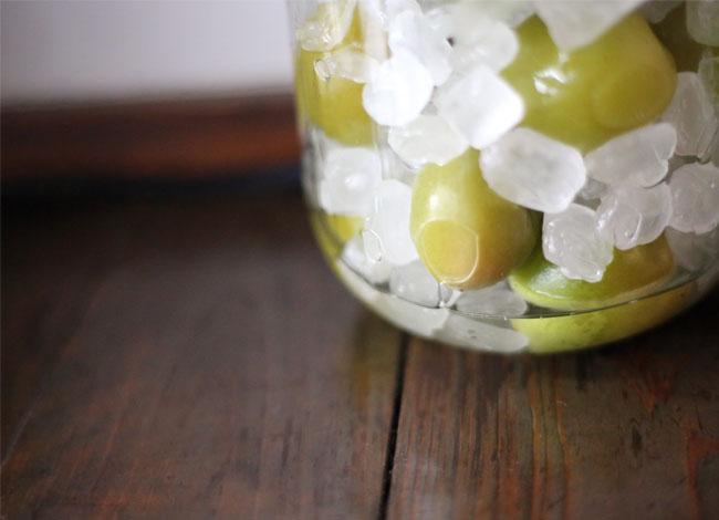 凍らせた梅と氷砂糖の様子