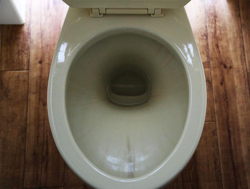 古いトイレの汚れ