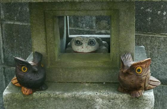 石のカエルと木彫りのフクロウ ミミズク 置物