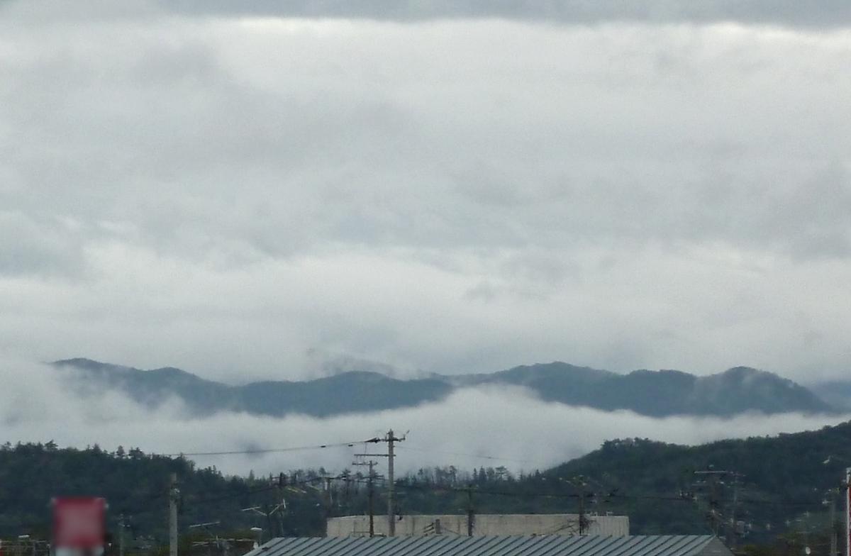 垂れこめる暗雲 曇り空の山並み