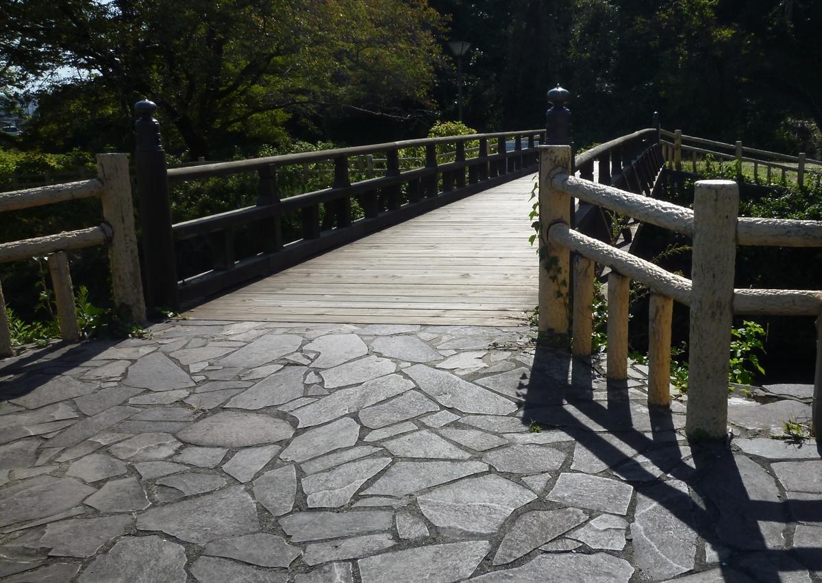 公園の中の橋 石畳 木製の欄干