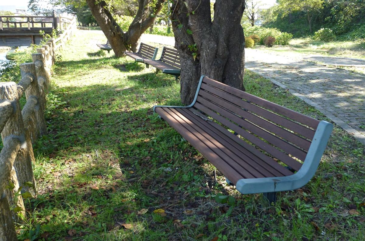 公園の木陰のベンチ