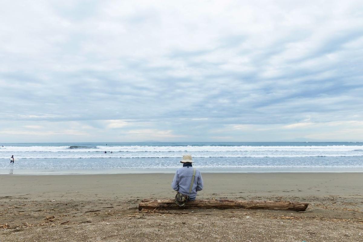 海を見つめる孤独な男性の背中