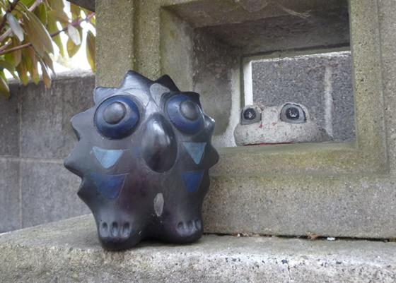 石灯籠のカエル(石製)とふくろう(木製)の置物
