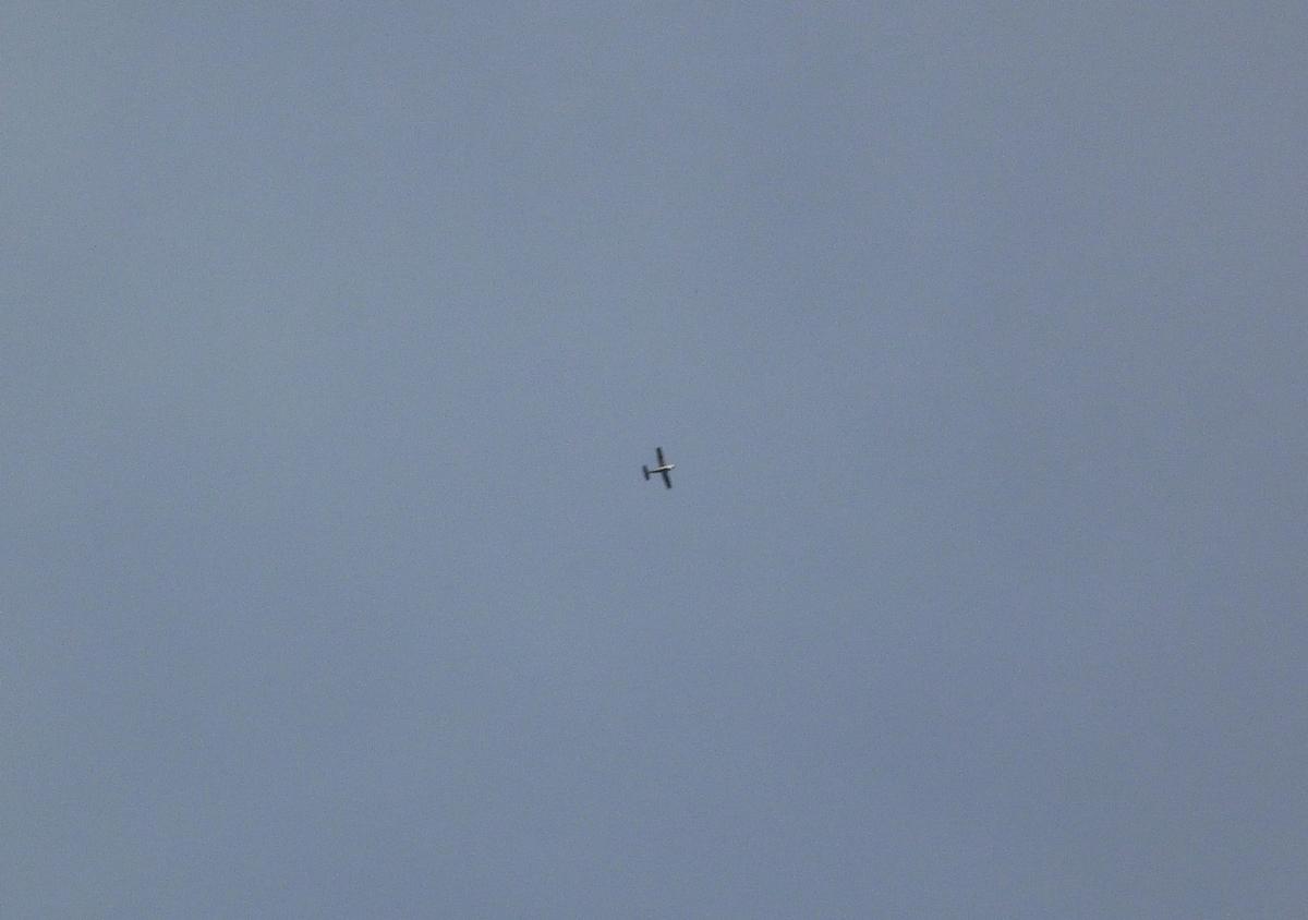 遥か上空を飛ぶセスナ機