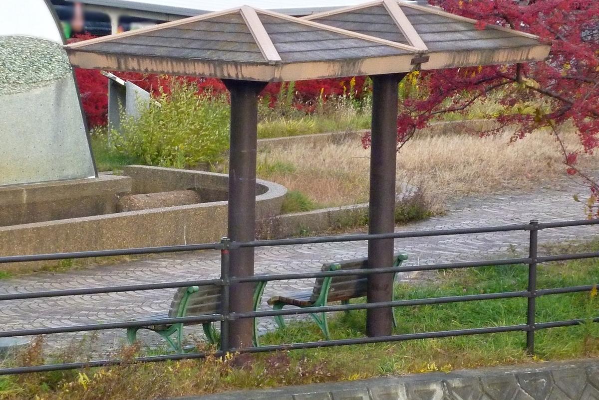 遊歩道の初冬のベンチ