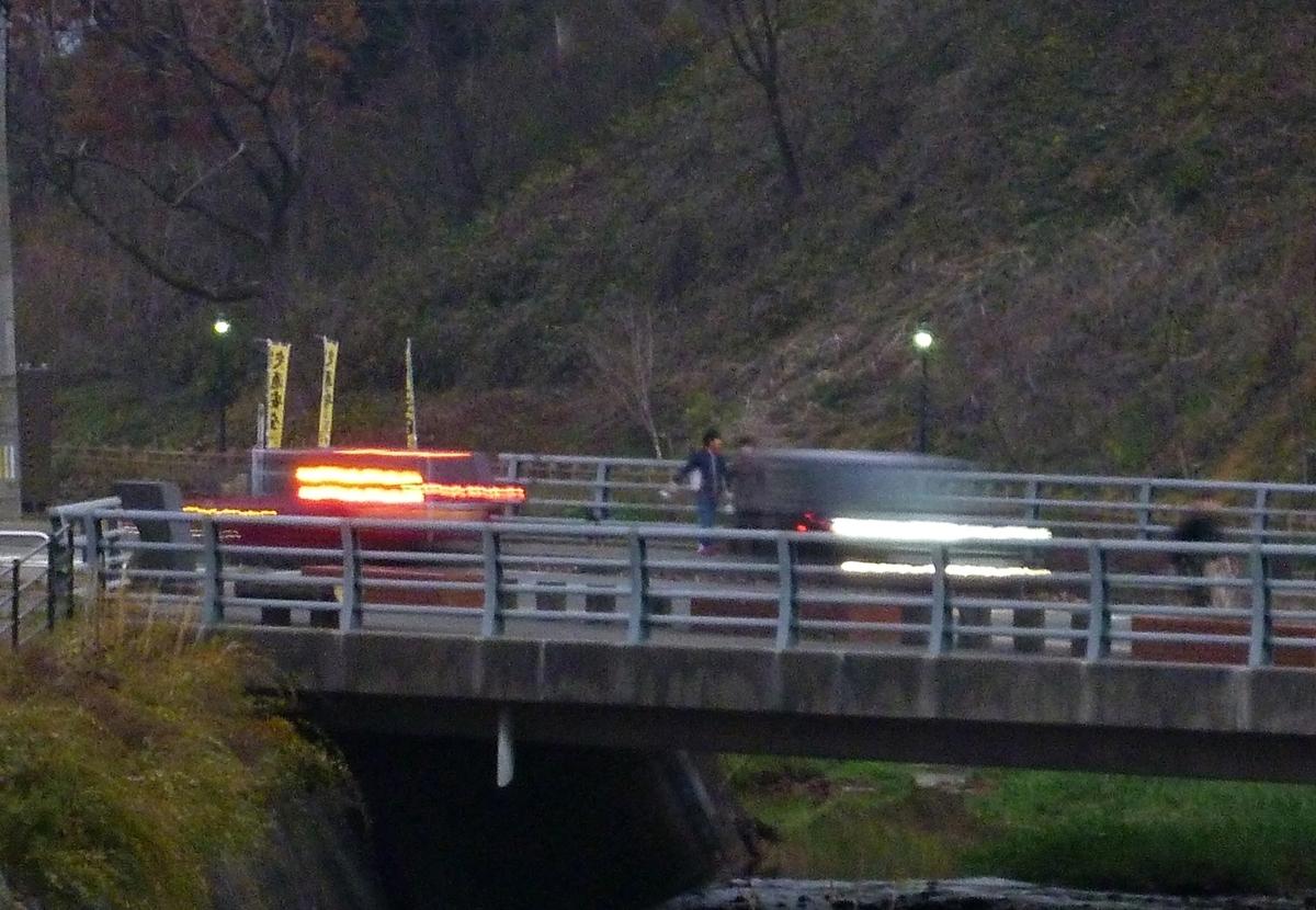 夕刻の橋の上 車のヘッドライトとテールランプ