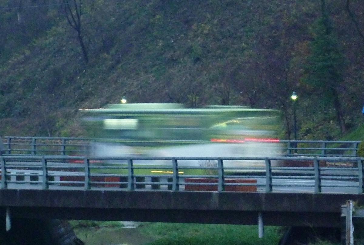 夕方、橋を渡るバス
