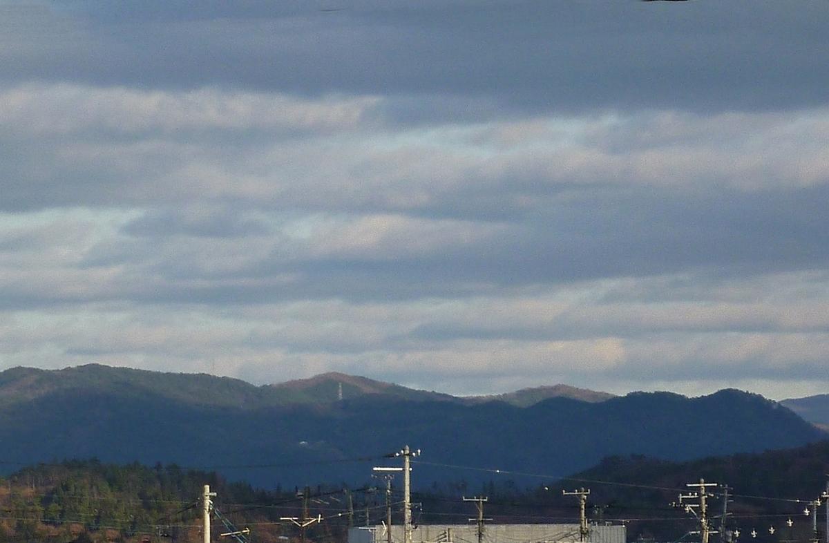 遠くのなだらかな山並み 初冬