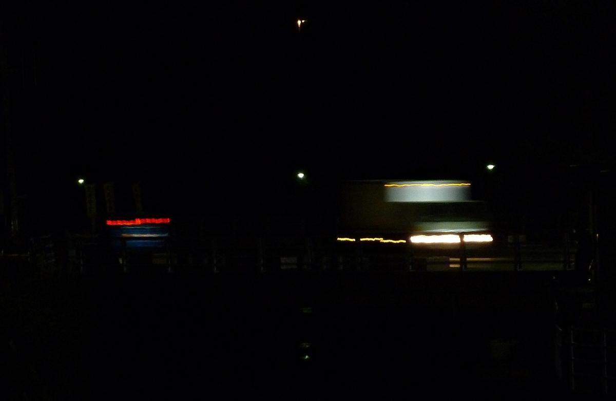 夜の車道 ライトの流線形