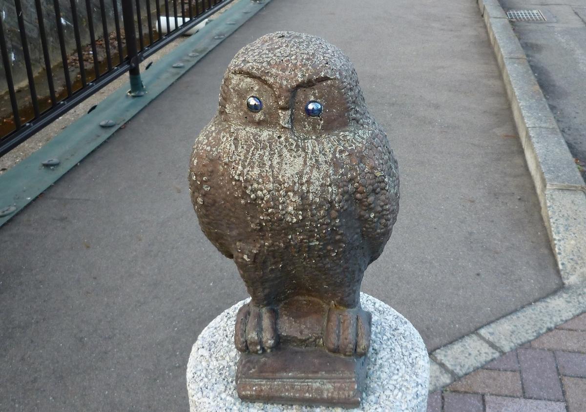 フクロウの像