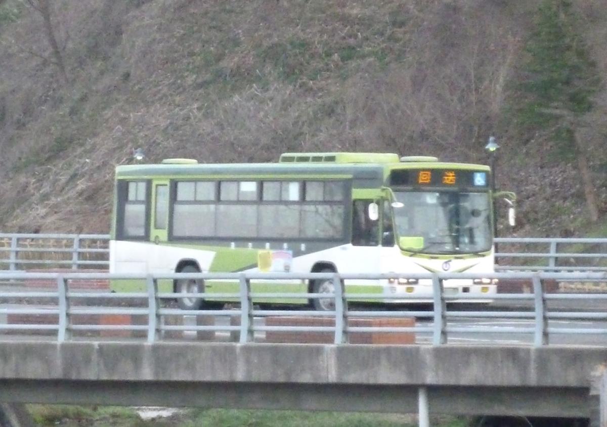 橋を渡るバス