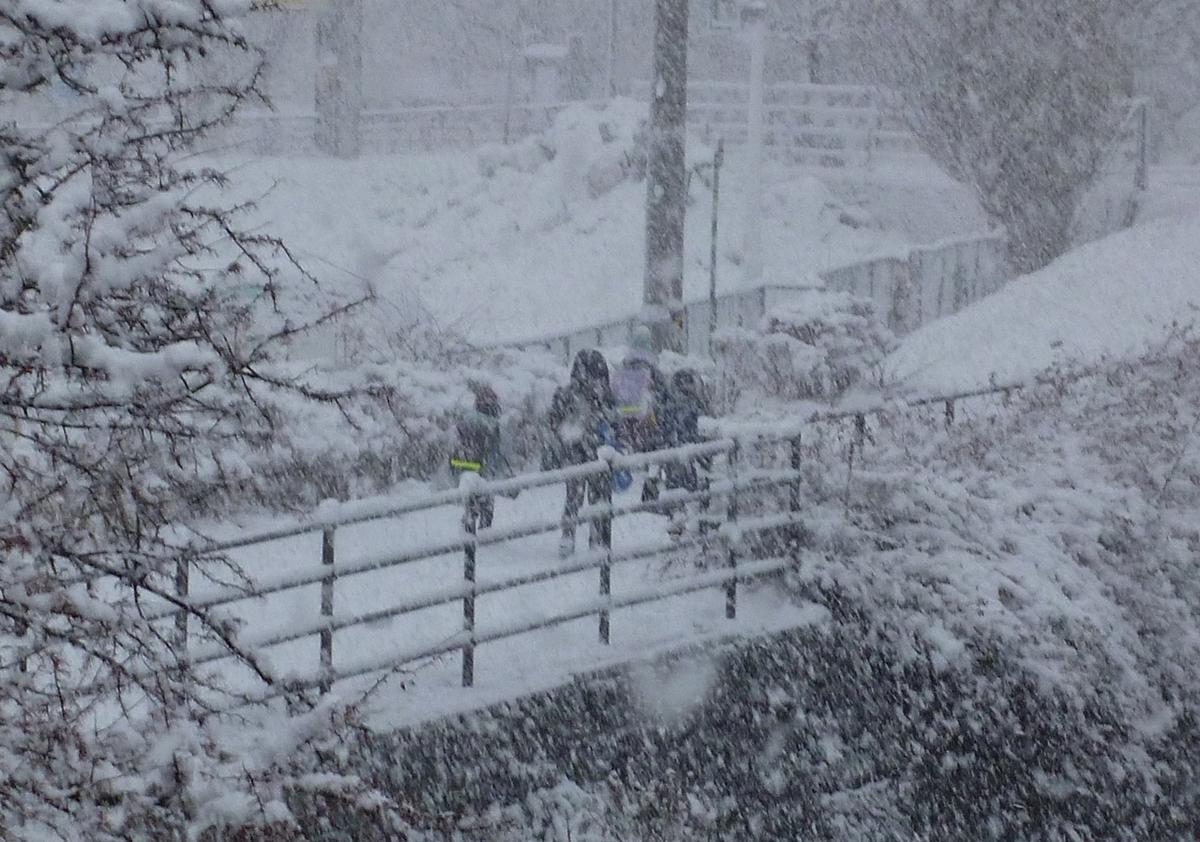 大雪 登校する小学生
