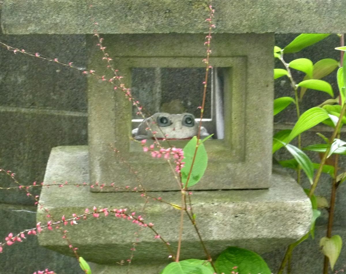 石灯篭と石のカエル