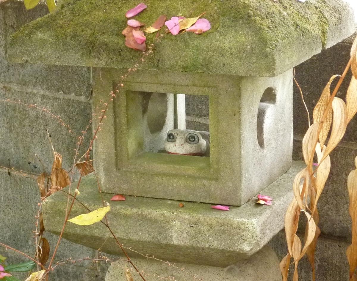 石灯篭と石製のカエル