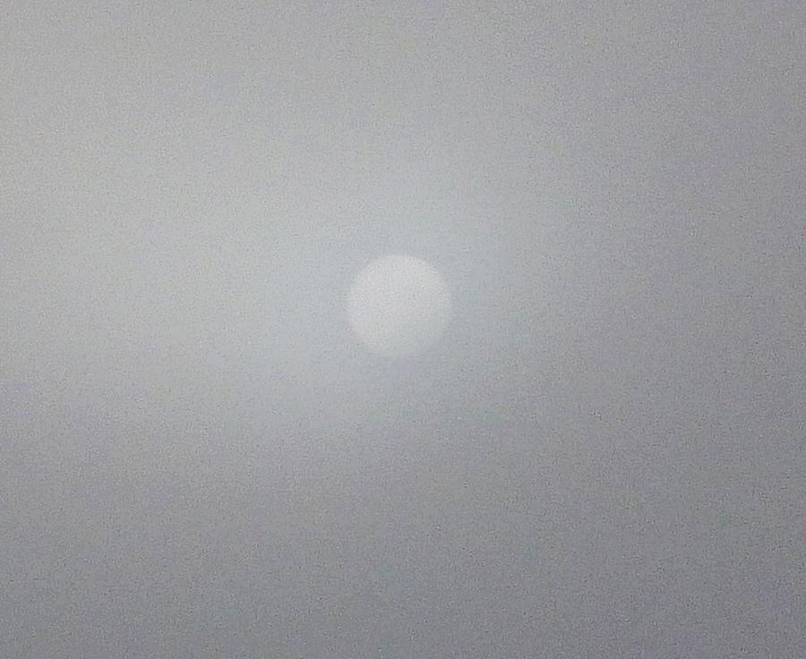 濃霧に隠された太陽