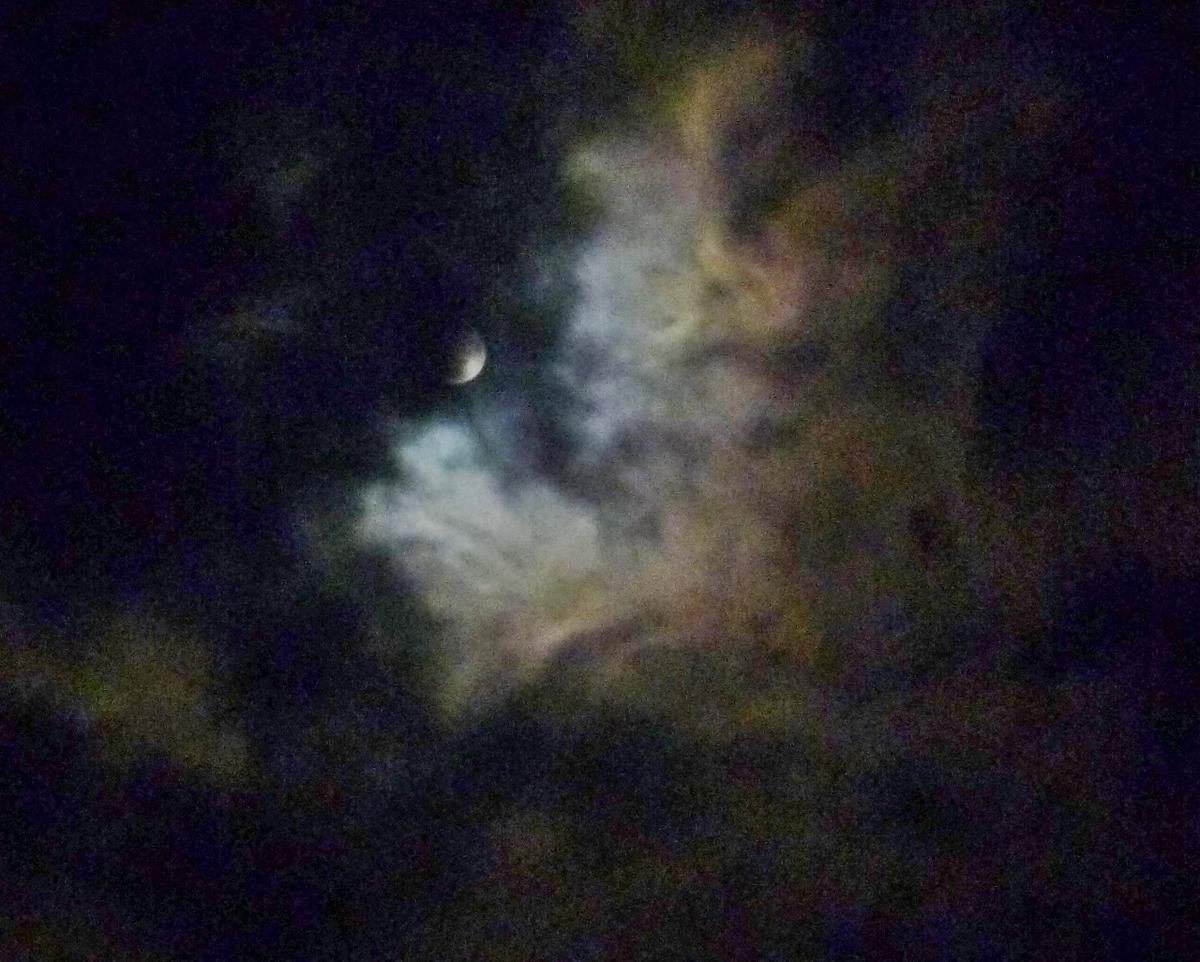 夜の月と雲