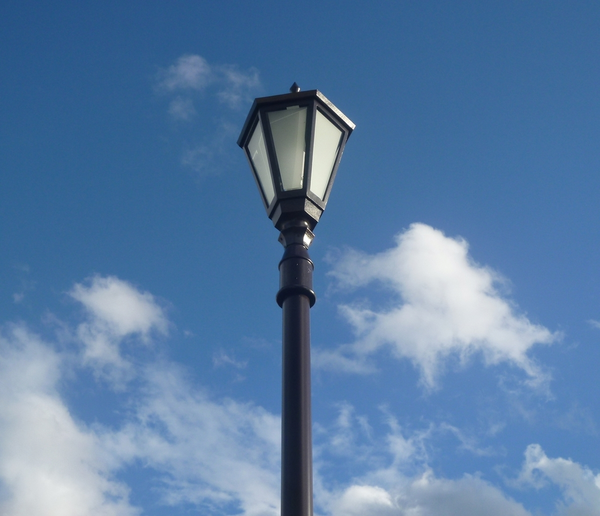 日中の街灯と空