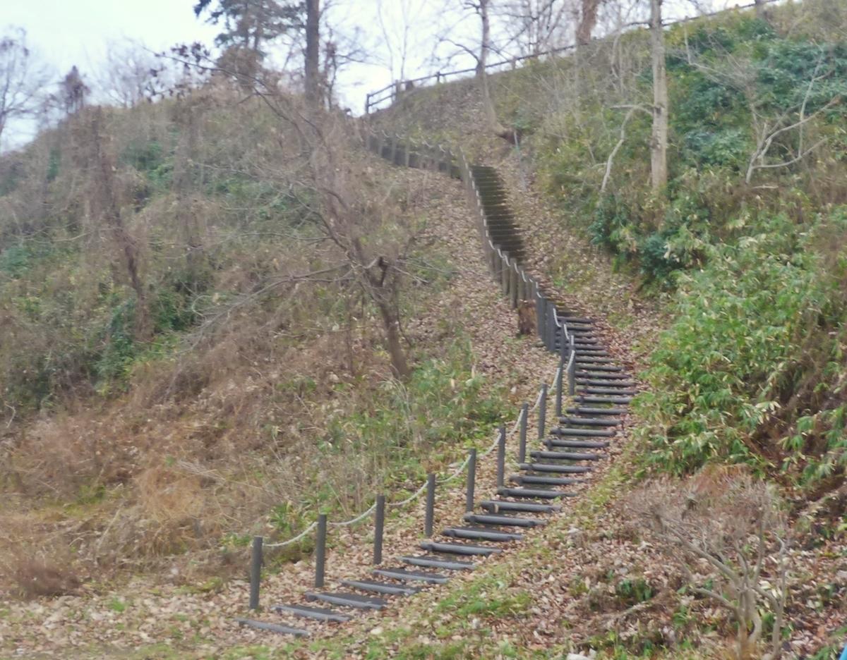 上の公園に繋がる階段