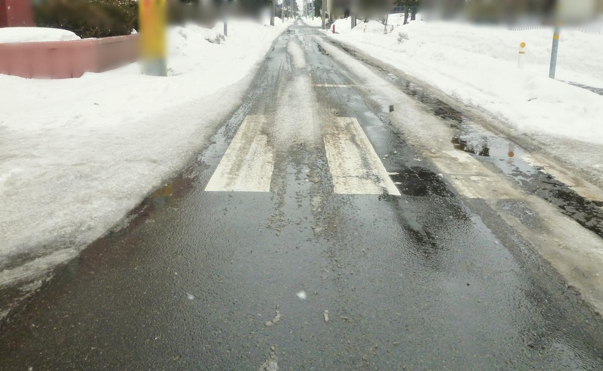 雪が解けた車道と雪の壁
