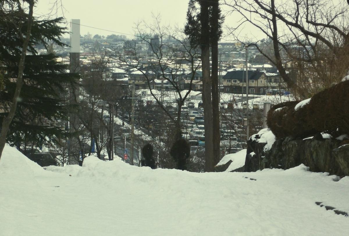 下り坂の奥の市街地