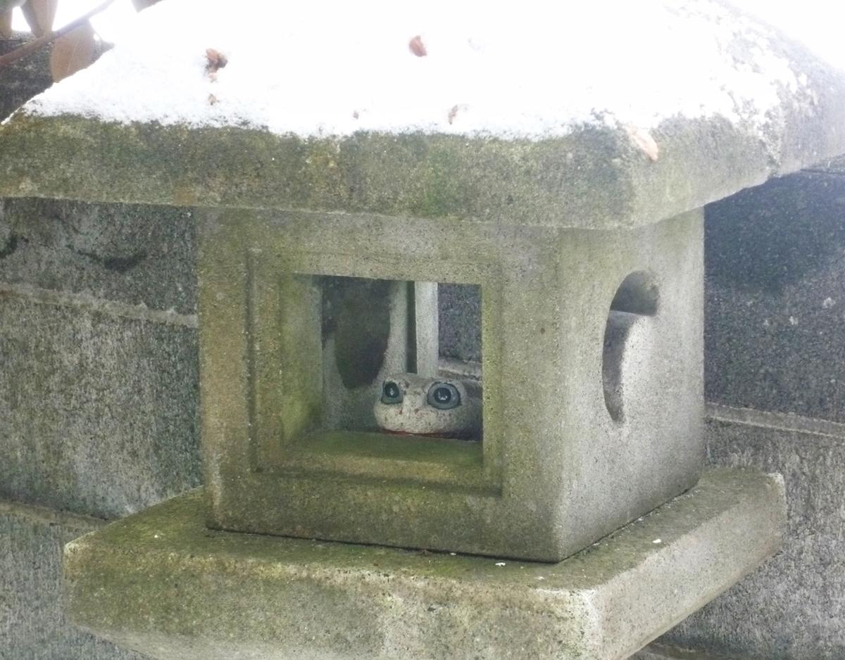 石灯篭とカエルの置物