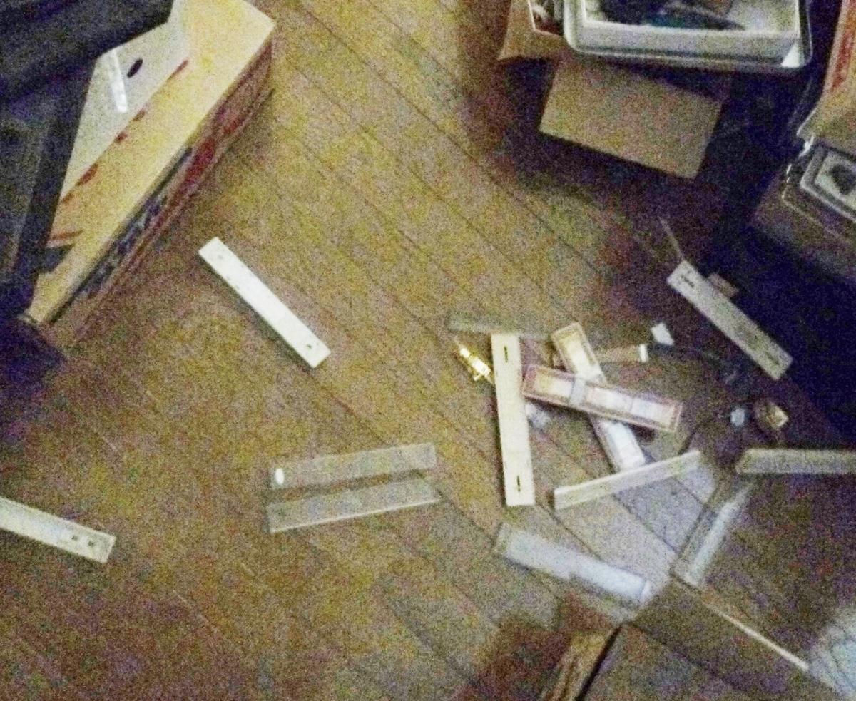 地震で物が散乱した部屋