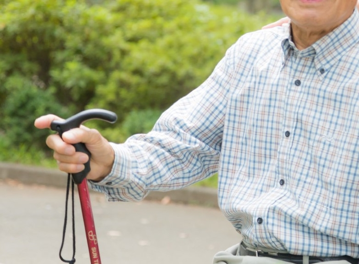 杖を持った高齢者