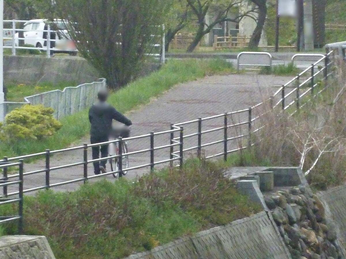 自転車を押す紳士