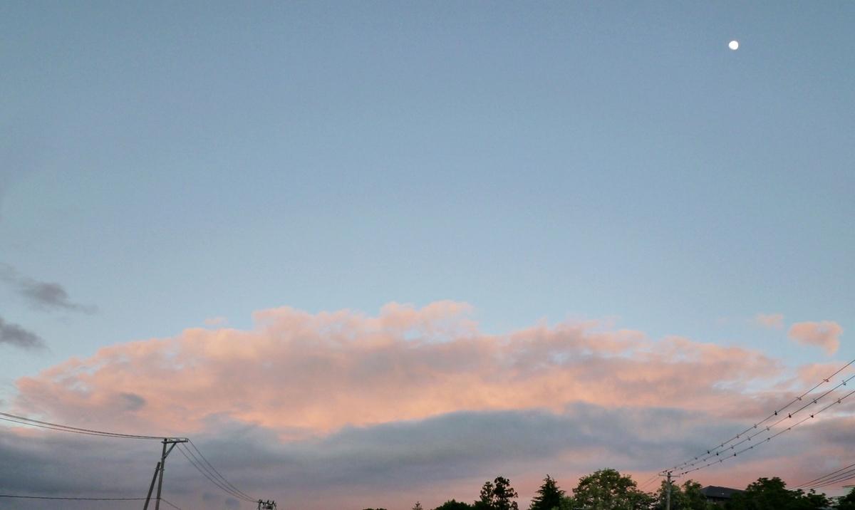 夕焼け雲と月