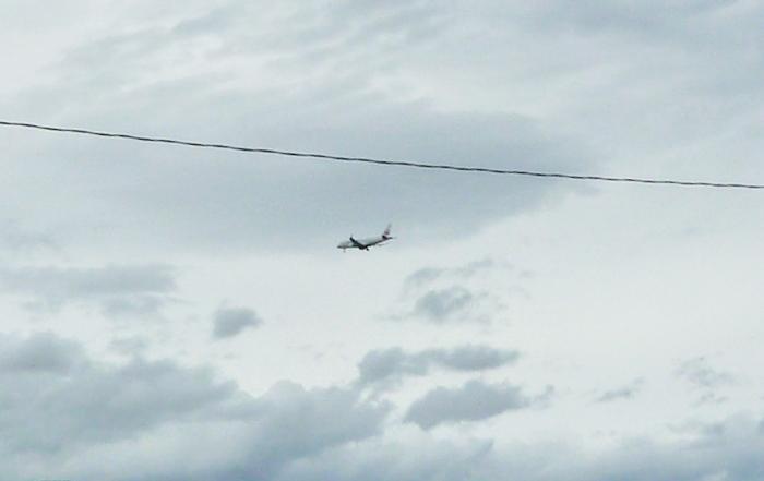 着陸寸前の旅客機