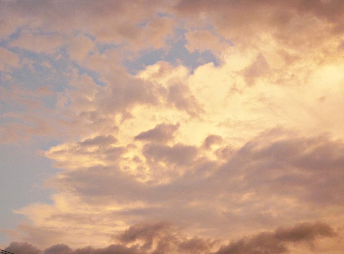 雨の日の不気味な夕焼け雲