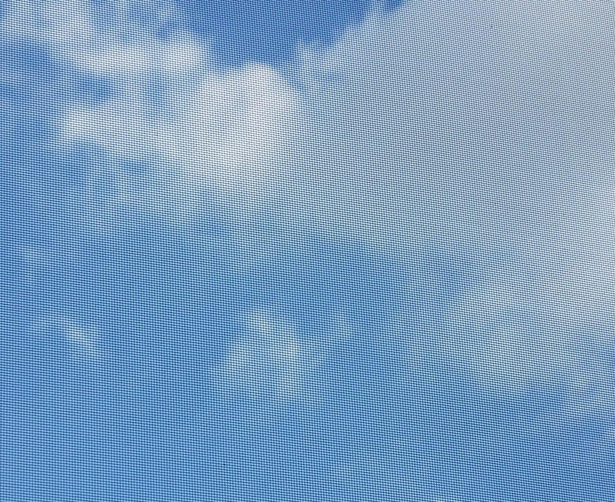 網戸越しの青空