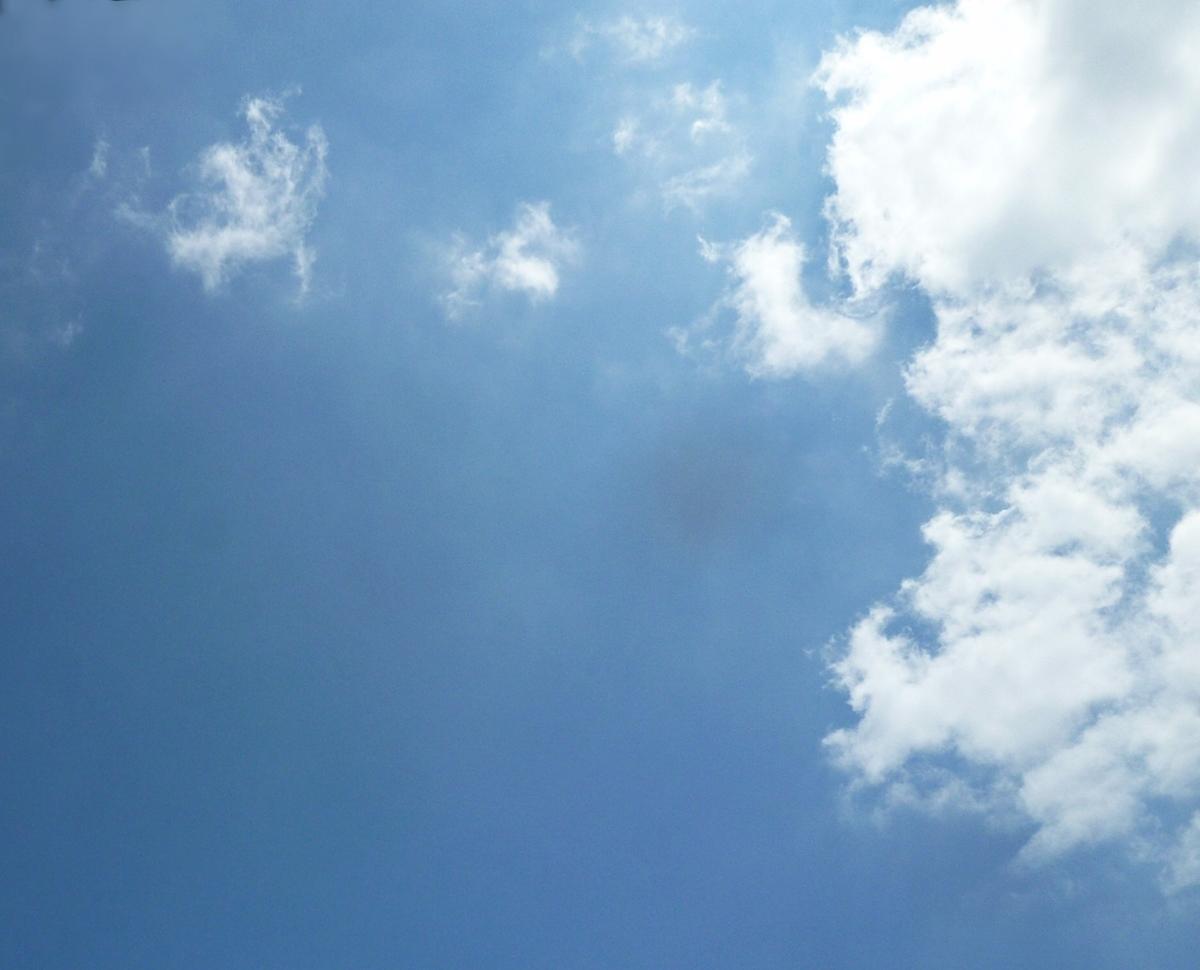太陽近くの空 青空と雲