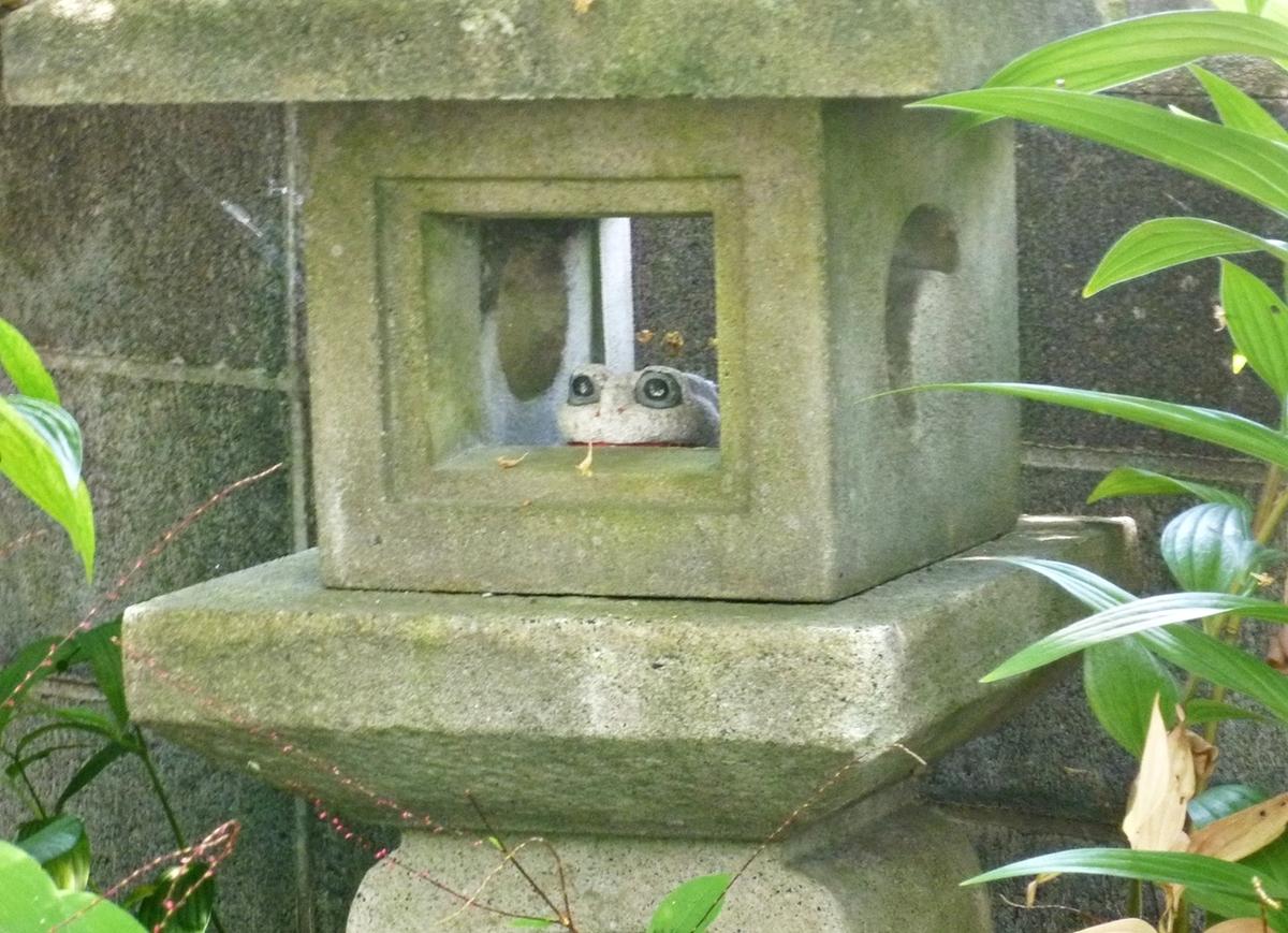 石灯篭と石のカエルの置物