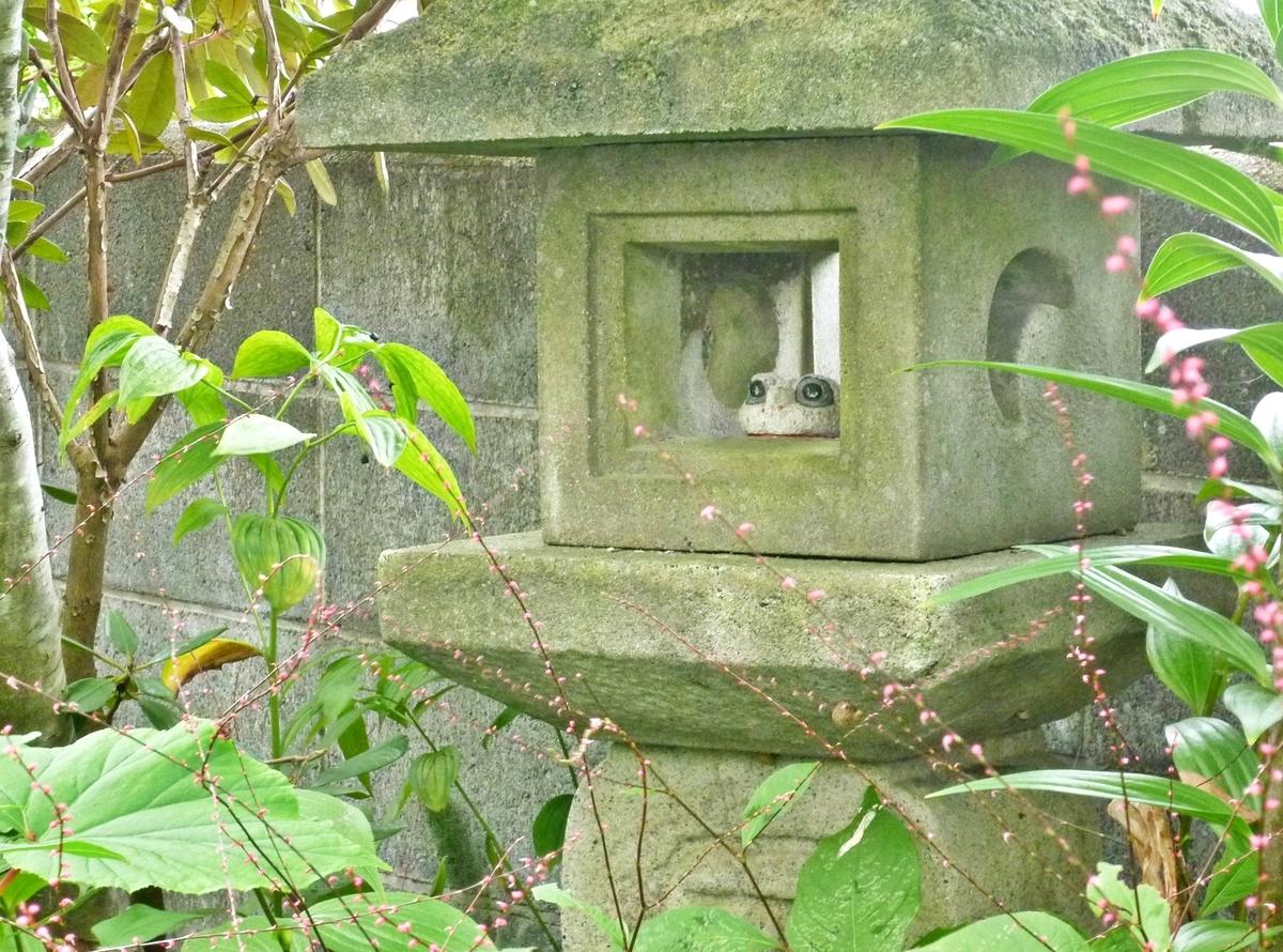 庭の石灯篭とカエルの置物