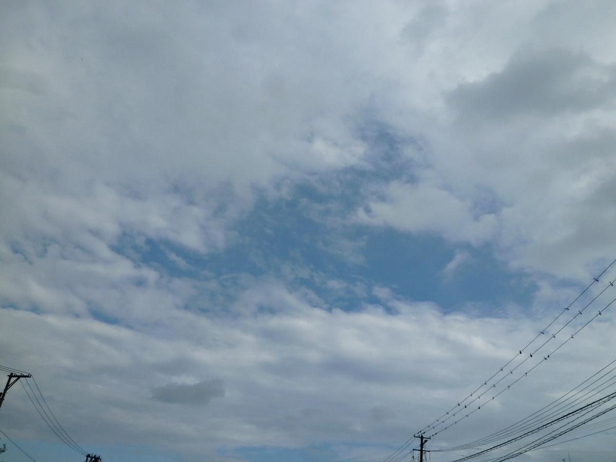 雲から覗く青空