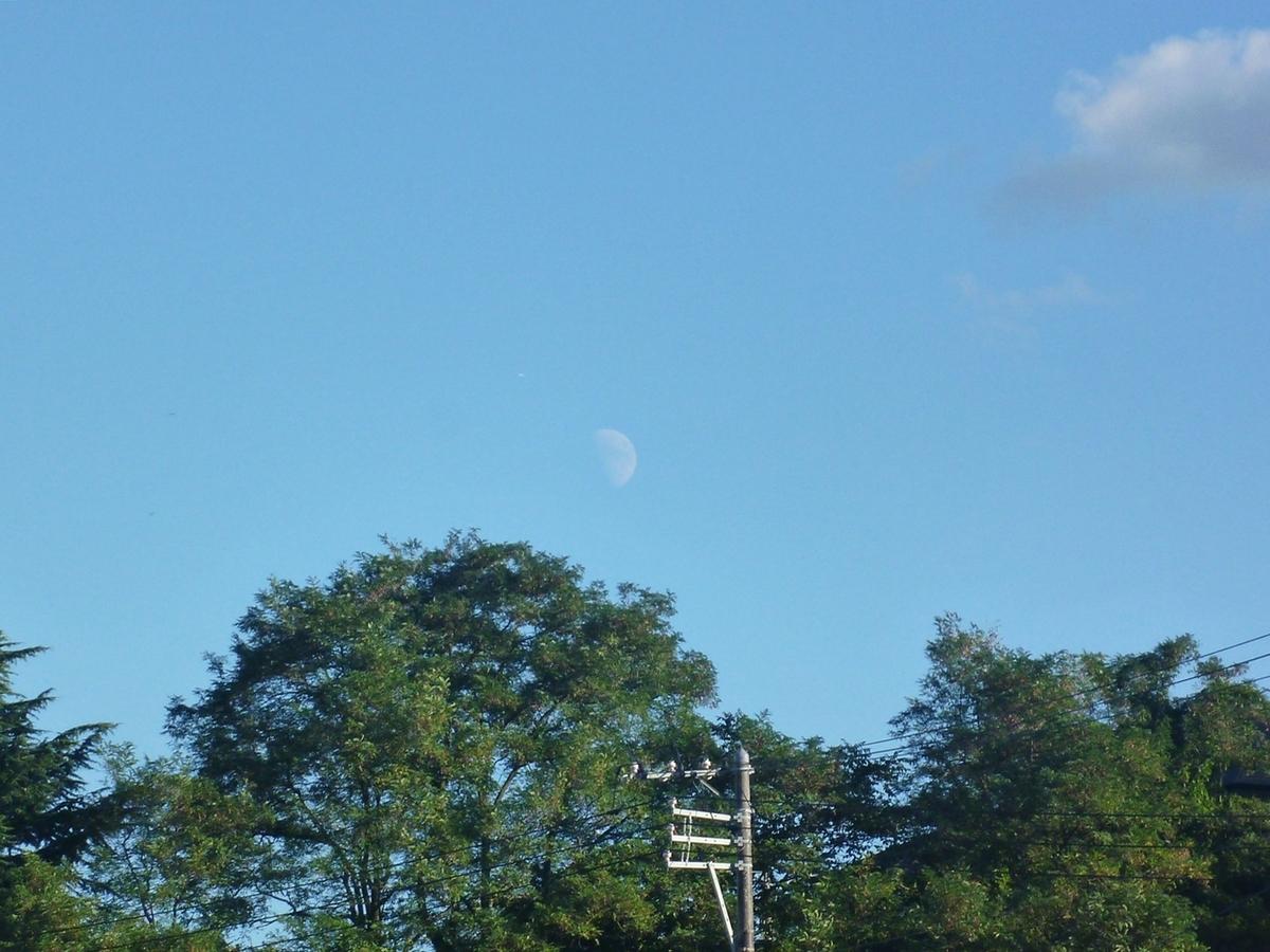 青空と雲と月